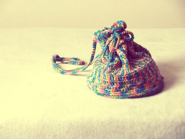 Bolsa saco colorida de crochê. Sou apaixonada por ela.
