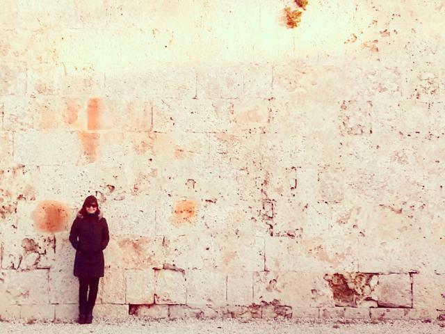Ana, o casaco amigo e um dos muros da Mdina, a antiga capital de Malta.