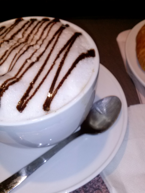 Você pede um café com leite grande e a bebida vem praticamente em uma tigela de sopa. Taí um país que entendeu o espírito da coisa.